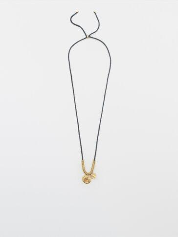 Gullfarget smykke med to mynter
