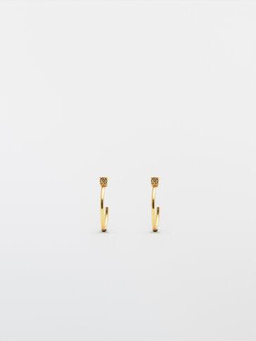Gullfargede øreringer med stein