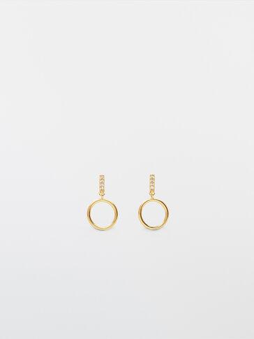 Gullfargede øreringer med krystall og ringer
