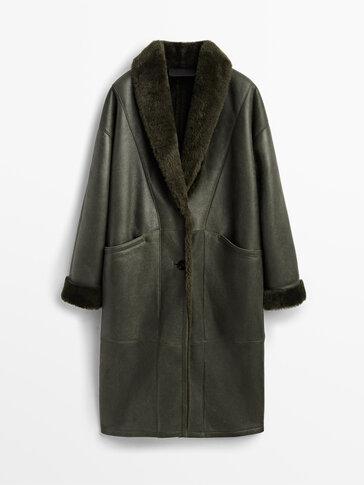 Langer Mantel aus grünem Leder mit Lammfell
