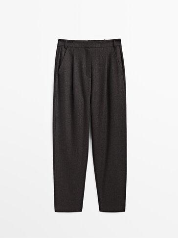 Ravne hlače s naborima i uzorkom riblje kosti