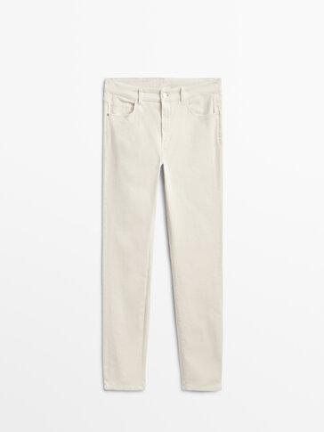 Uske sitno rebraste hlače srednje visokog struka