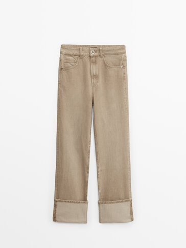 High-waist jeans with turn-up hems