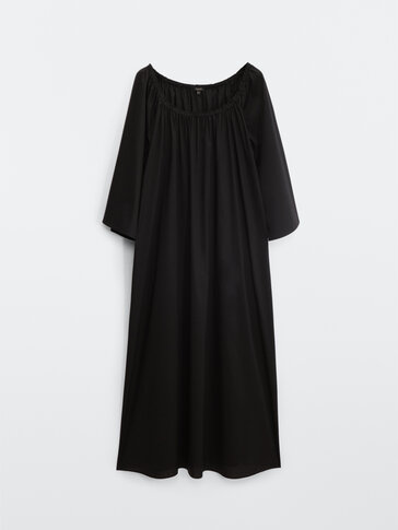 Long dress with exposed shoulders