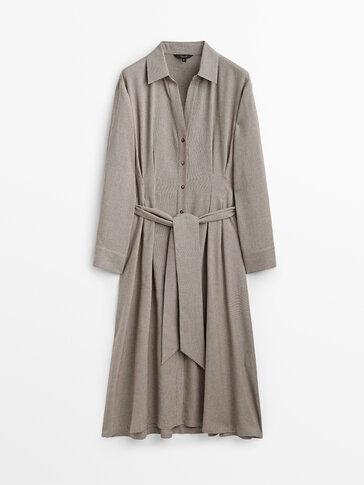 فستان طويل بمربعات دقيقة مع حزام