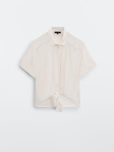 Blusa atada com detalhe de renda