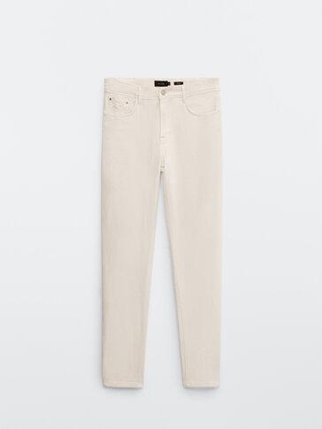 Jeansy o zwężanym kroju