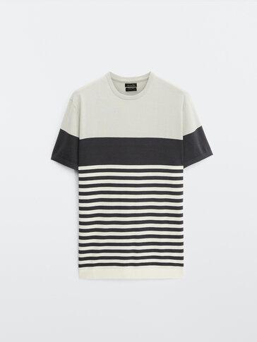 Strikket t-skjorte i bomull med striper og fargeblokk