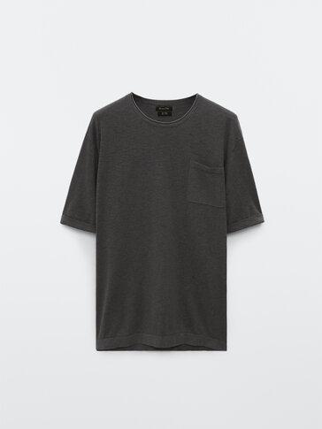 Strikket t-skjorte i bomull og lin med lomme
