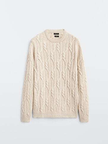 Pull à torsades et col rond en laine