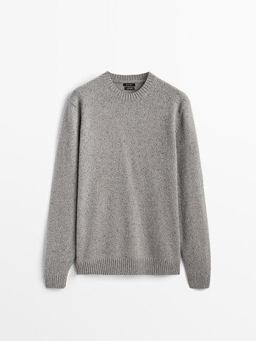 Вълнен пуловер с обло деколте