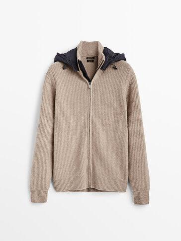 Cardigan in maglia di lana con cappuccio tecnico