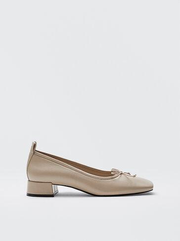 Chaussures à talon écrues en cuir à bout carré