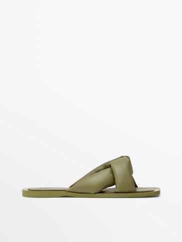 Sandales plates claquettes en cuir couleur kaki