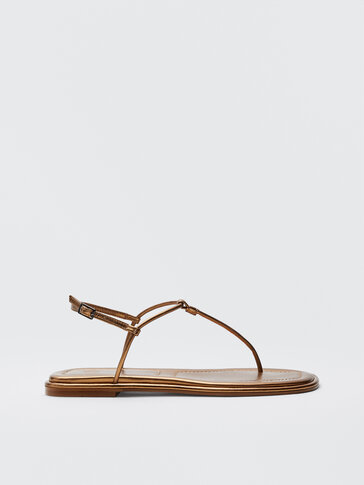 Flache Sandalen mit goldfarbenem Riemchen