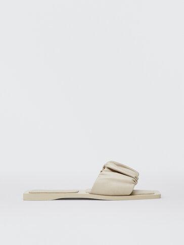 Sandales plates claquettes en cuir couleur écrue