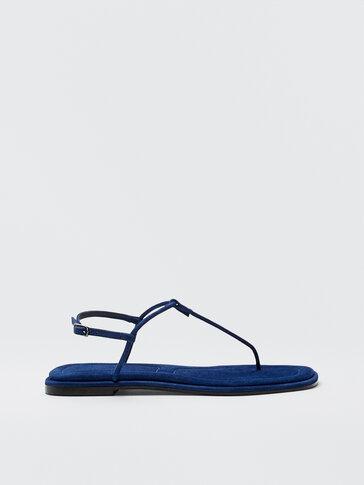 סנדלים שטוחים בצבע כחול עם רצועות