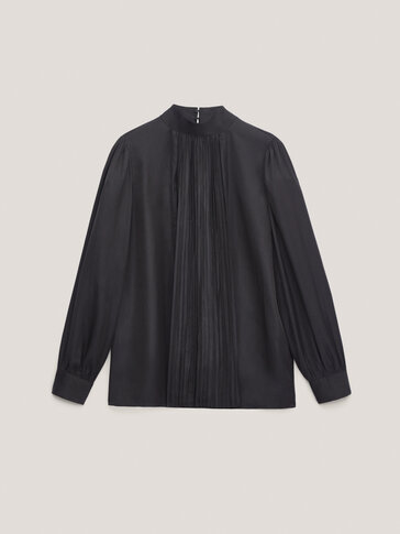 Loose-fitting shirt with gathered detailing