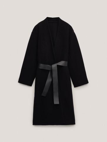 Crni vuneni kaput s kožnim pojasom