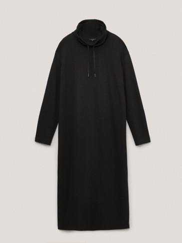فستان أسود بياقة عالية