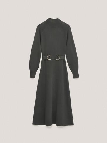 Robe longue à col montant et ceinture