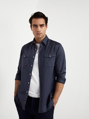 Хлопковая рубашка классического кроя с двумя карманами