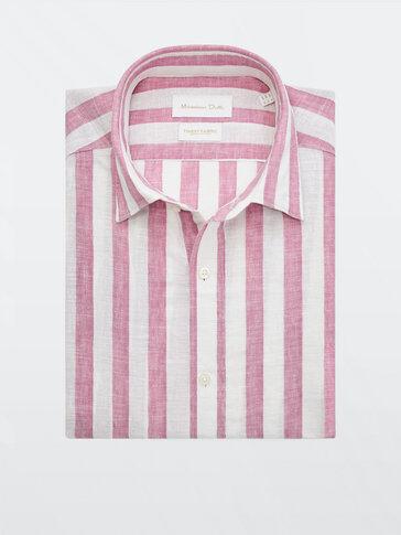 قميص مقلّم من القطن والكتان بقصة ضيقة