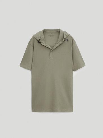 חולצת פולו שרוול קצר מבד כותנה עם קפוצ'ון