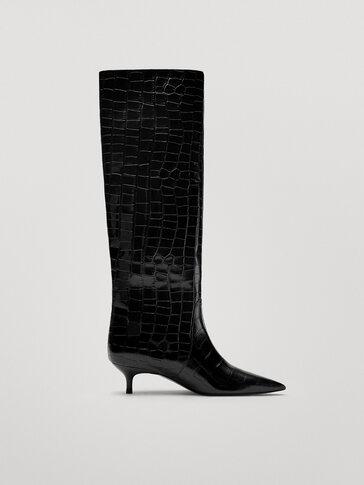 Черные кожаные сапоги на среднем каблуке с тиснением