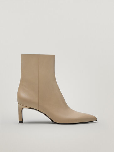 Bottines en cuir couleur écrue à bout pointu et talon