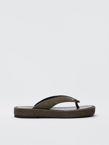 Khakifarbene Plattform-Sandalen aus Leder mit Zehenriemen in V-Form