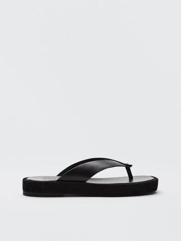 Черни чехли на платформа с V-образна сая