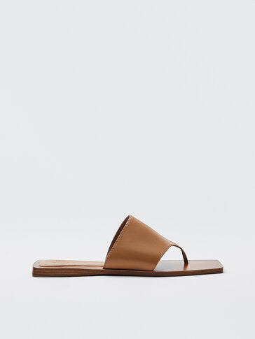 Flat leather sandals with toe strap