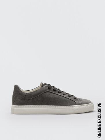 حذاء رياضي رمادي من جلد السويد المقسوم